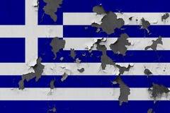 Chiuda sulla bandiera grungy, nociva e stagionata della Grecia sulla parete che pela la pittura per vedere interno superficie immagini stock