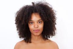 Chiuda sulla bella donna di colore del ritratto con fissare nudo delle spalle immagine stock libera da diritti