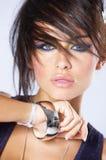 Chiuda sulla bella giovane donna in capelli funky Fotografia Stock