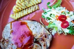 Chiuda sulla bistecca di manzo che versa dal fungo e dalla pasta del champagne con il piatto laterale vegetali fotografia stock