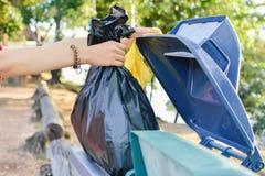 Chiuda sulla borsa femminile del recipiente di tenuta della mano Immagine Stock Libera da Diritti