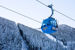 Chiuda sulla cabina, sulla Bulgaria e sulla neve della cabina di funivia di Bansko Fotografie Stock