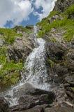 Chiuda sulla cascata della montagna in montagne di Carpathians Immagine Stock