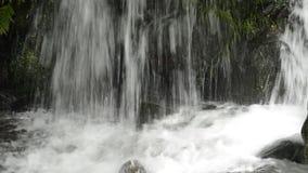 Chiuda sulla cascata più bassa stock footage