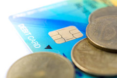 Chiuda sulla chip card sulla carta di debito con la moneta Fotografia Stock