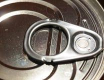 Chiuda sulla cima apri del barattolo di latta del metallo immagini stock libere da diritti