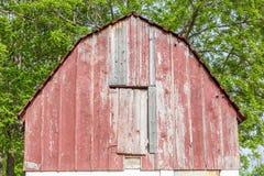 Chiuda sulla cima del granaio della ruggine nel terreno coltivabile dell'agricoltura Fotografia Stock