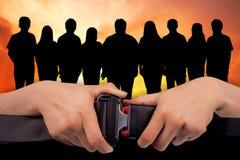 Chiuda sulla cintura di sicurezza di uso di due mani Fotografie Stock