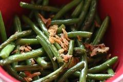 Chiuda sulla ciotola di fagioli verdi cucinati con la cipolla Immagini Stock Libere da Diritti