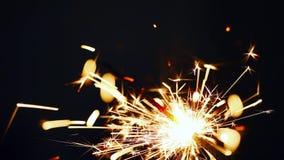 Chiuda sulla combustione della stella filante di Natale Fuoco d'artificio acceso su fondo nero stock footage
