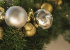 Chiuda sulla decorazione dorata e d'argento delle palle delle bagattelle di natale sopra Fotografie Stock