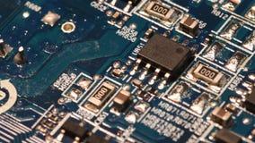 Chiuda sulla definizione ultra alta elettrica di Internet delle componenti del circuito della scheda madre blu del computer, Ultr stock footage