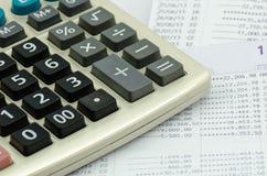 Chiuda sulla dichiarazione bancaria con il calcolatore Immagine Stock Libera da Diritti