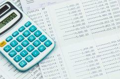 Chiuda sulla dichiarazione bancaria con il calcolatore Fotografie Stock Libere da Diritti