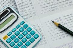 Chiuda sulla dichiarazione bancaria con il calcolatore Fotografie Stock