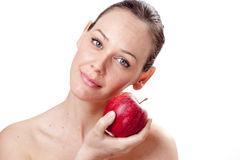 Chiuda sulla donna abbastanza giovane che tiene una mela Immagini Stock