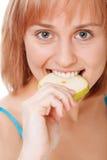 Chiuda sulla donna abbastanza giovane che tiene una mela Immagine Stock Libera da Diritti