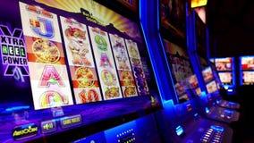 Chiuda sulla donna che gioca lo slot machine stock footage