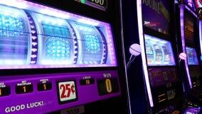 Chiuda sulla donna che gioca lo slot machine