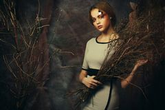 Chiuda sulla donna del redhair del ritratto con creativo luminoso compongono e acconciatura Immagini Stock