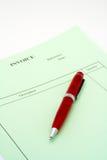 Chiuda sulla fattura in bianco con la penna su priorità bassa bianca fotografie stock