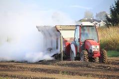 Chiuda sulla fertilizzazione del Berry Field Immagini Stock Libere da Diritti