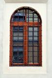 Chiuda sulla finestra con la griglia del metallo Fotografia Stock