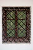 Chiuda sulla finestra con la griglia della sbarra di ferro in parete di pietra Immagini Stock Libere da Diritti