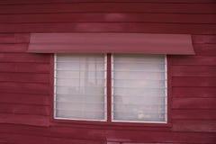 Chiuda sulla finestra di legno tradizionale con la feritoia di vetro della casa di legno nello stile tailandese Immagine Stock Libera da Diritti