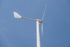 Chiuda sulla fonte di energia del vento turbine Fotografie Stock