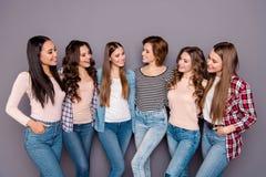 Chiuda sulla foto bella lei i suoi compagni di camera che della famiglia di sei signore le sorelle si tengono che posa abbraccian fotografie stock