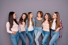 Chiuda sulla foto bella lei i suoi compagni di camera che scarni di sei signore le sorelle si tengono che posa abbracciando l'int fotografia stock libera da diritti