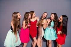 Chiuda sulla foto bella lei i suoi compagni di legame di risata di risata di compleanno di nubile di graduazione della scuola del fotografie stock