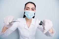 Chiuda sulla foto bella lei la sua operazione dell'ospedale di medico di signora che inserisce la cattiva ispezione dell'insieme  immagini stock libere da diritti