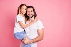 Chiuda sulla foto bella lei la sua piccola signora lui lui la sua tenuta di pap? pochi braccia di mani di principessa il dolce di fotografia stock
