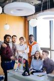 Chiuda sulla foto dei colleghi amichevoli multirazziali di talento che esaminano la macchina fotografica Immagini Stock