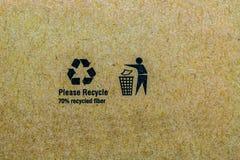 Chiuda sulla foto del simbolo del riciclaggio stampata su cardb riciclato Fotografia Stock