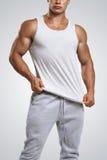 Chiuda sulla foto dell'uomo attraente che porta la maglietta grigia in bianco Immagini Stock