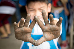 Chiuda sulla foto delle mani del bambino nel mestiere del vasaio Fotografia Stock Libera da Diritti