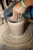 Chiuda sulla foto delle mani del bambino nel mestiere del vasaio Fotografia Stock