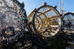 Chiuda sulla foto delle nasse per granchi differenti su terra, nel piccolo paesino di pescatori Lista, la Norvegia Fotografia Stock
