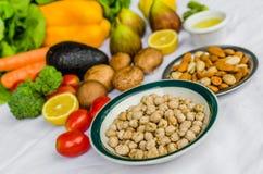 Chiuda sulla foto di frutta e verdure fresche, grani e dadi su un fondo bianco Fotografia Stock Libera da Diritti