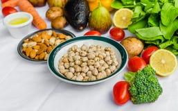 Chiuda sulla foto di frutta e verdure fresche, grani e dadi su un fondo bianco Fotografie Stock Libere da Diritti