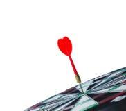 Chiuda sulla freccia rossa del dardo del colpo sul centro del bersaglio con il copyspa Immagini Stock Libere da Diritti