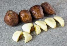 Chiuda sulla frutta del salak affettata con fondo nero sulla pietra grigia Immagini Stock Libere da Diritti