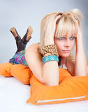 Chiuda sulla giovane bella posizione blondy Fotografie Stock
