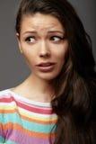 Chiuda sulla giovane donna del ritratto emozioni Fotografie Stock