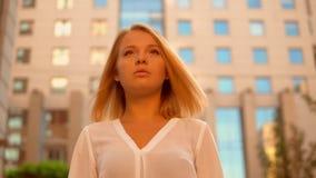 Chiuda sulla giovane femmina del ritratto all'aperto archivi video