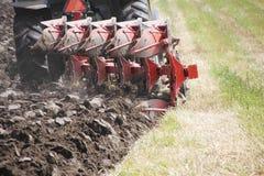 Chiuda sulla lama e sulla terra dell'aratro Fotografie Stock