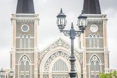 Chiuda sulla lampada di via d'annata con i precedenti di Roman Catholic Diocese Fotografia Stock Libera da Diritti